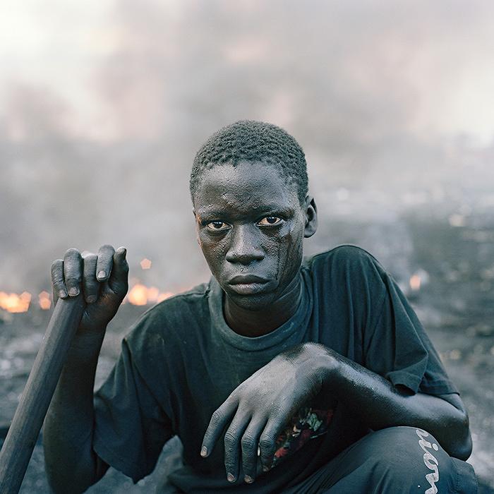 ピーター・ヒューゴ作品 ©Pieter Hugo,Abdulai Yahaya, Agbogbloshie Market, Accra, Ghana 2010