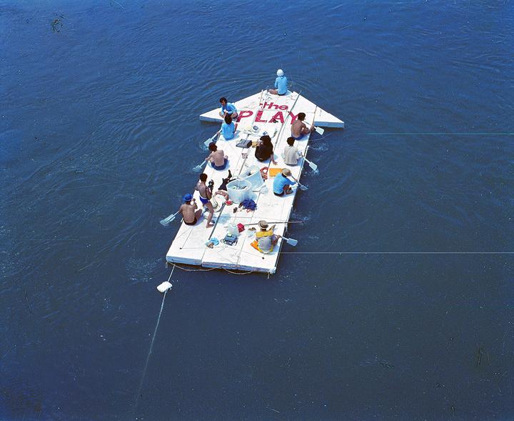 プレイ『現代美術の流れ』記録写真 1969年7月20日 淀川 撮影 樋口茂 ©THE PLAY