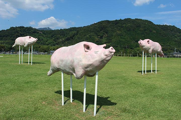 小野養豚ん『...pigeep...pigeep...』 2015年 ポリエステル樹脂 各W195×D40×H69.5cm