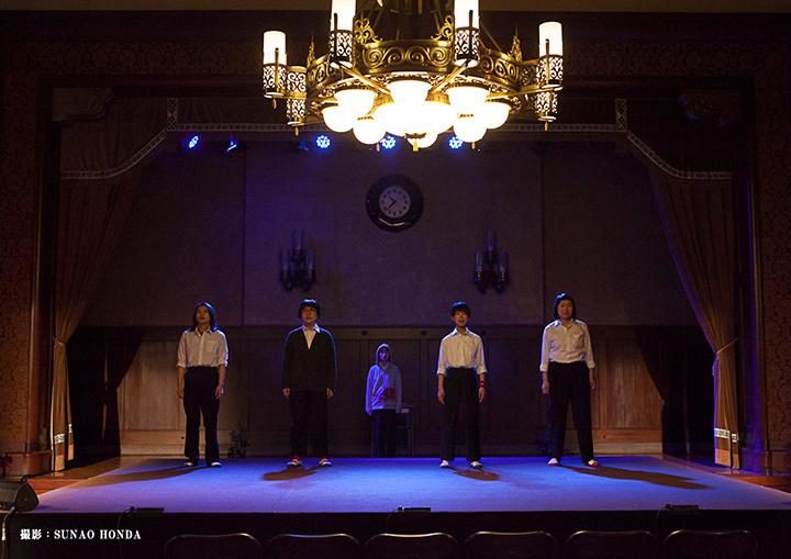 """趣向『「男子校にはいじめが少ない?」""""short version""""』公演風景 撮影:SUNAO HONDA"""
