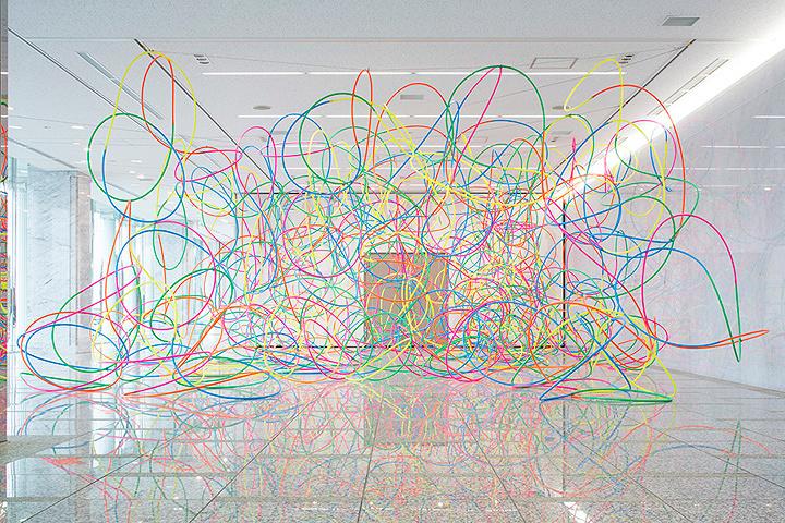 鬼頭健吾『untitled(hula-hoop)』2015(ガトーフェスタハラダ本社での展示) Photo: Shinya Kigure