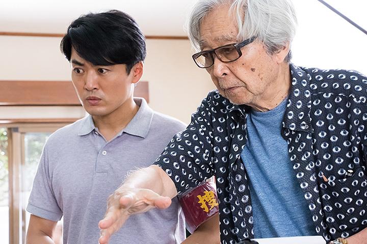 左から劇団ひとり、山田洋次 ©2017「家族はつらいよ2」製作委員会