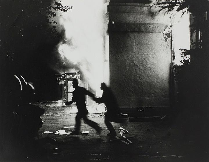浜口タカシ『November 19, 1971, Hibiya Incendiary Incident, Tokyo』1971/1972年 Gelatin silver print Image & paper size:23×29.9cm ©Takashi Hamaguchi / Courtesy of Taka Ishii Gallery Photography / Film