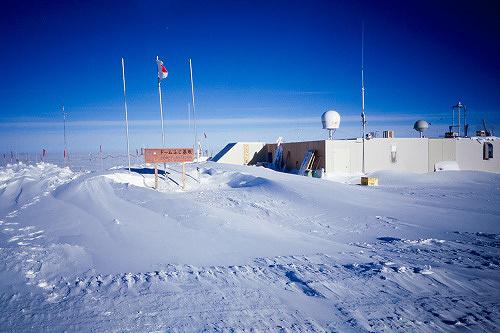 ドームふじ基地外観 写真提供:国立極地研究所