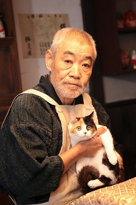 猫見屋店主役の柄本明 ©2017「猫忍」製作委員会