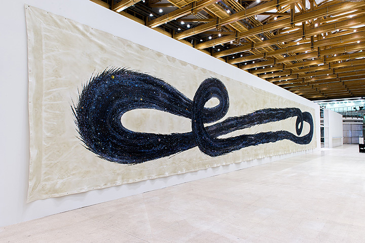 N・S・ハルシャ『ふたたび生まれ、ふたたび死ぬ』2013年 アクリル、キャンバス、ターポリン 365.8×2,407.9cm 展示風景:『第5回モスクワ現代美術ビエンナーレ』、2013年 ©MORI ART MUSEUM All Rights Reserved.