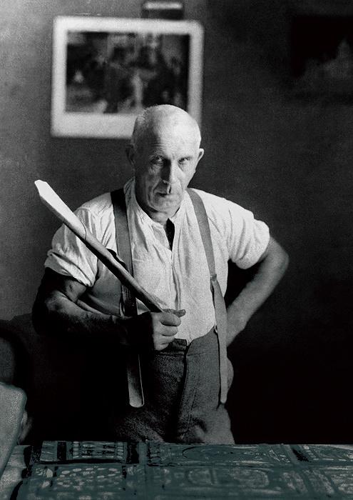 作業机の前で紙のトランペットを持つアドルフ・ヴェルフリ 1925年 ©Adolf Wölfli Foundation, Museum of Fine Arts Bern