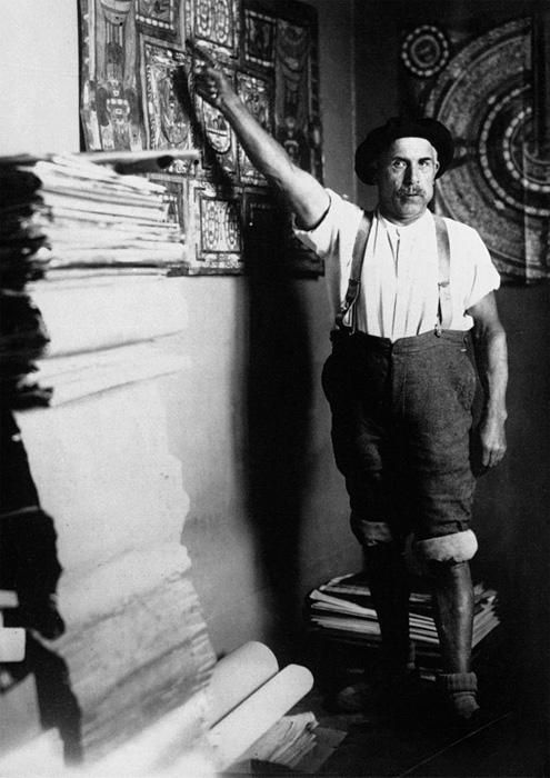 自室のアドルフ・ヴェルフリ 1920年 ©Adolf Wölfli Foundation, Museum of Fine Arts Bern