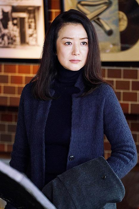 牧しずり役を演じる鈴木京香 ©テレビ東京