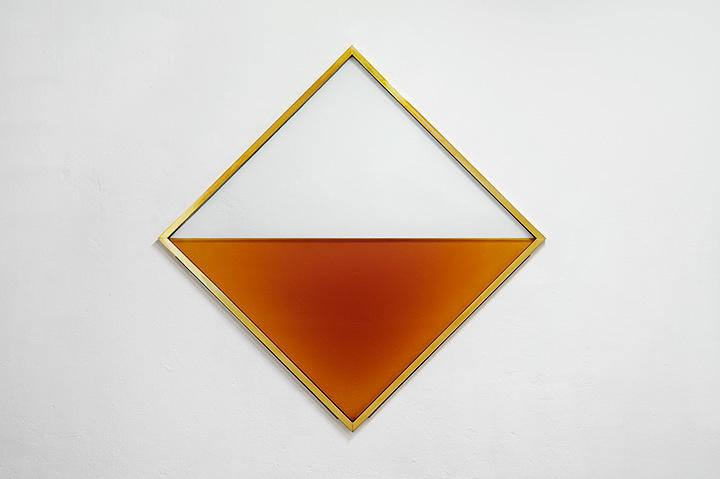 和田礼治郎『MITTAG』2015年 ブランデー、強化ガラス、真鍮、ステンレス、二酸化炭素 170×170×3.5cm 撮影:Enric Duch