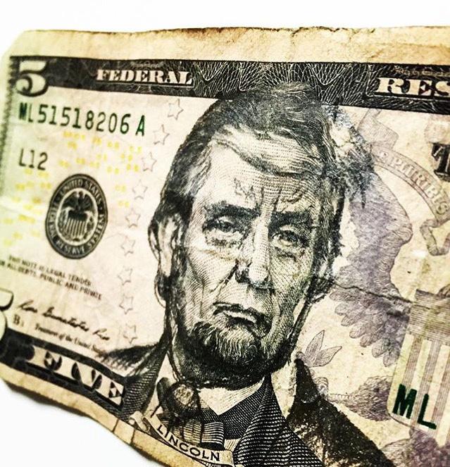 エイブラハム・リンカーンの肖像をドナルド・トランプに改変した5ドル札