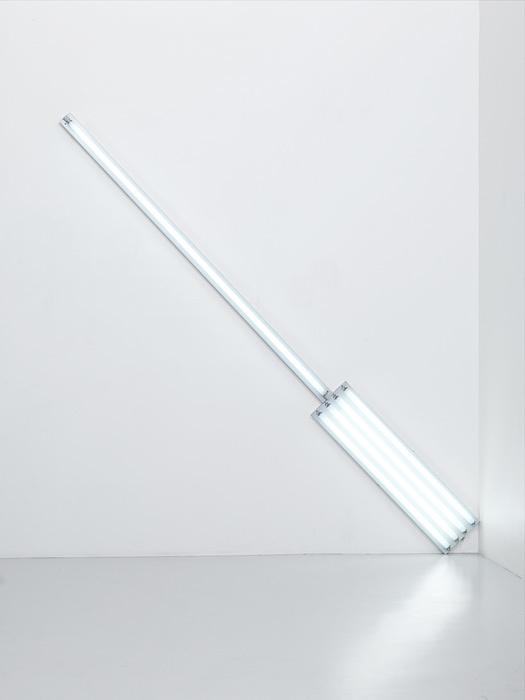 ダン・フレイヴィン『ALTERNATE DIAGONALS OF MARCH 2, 1964(TO DON JUDD)』(『3月2日のもう1つの「斜め線」(ドン・ジャッドへ)』)1964年 直管蛍光灯(昼光色) / Fluorescent tubes(daylight) 長さ369.6cm / Diagonals length 369.6cm Courtesy Foundation Louis Vuitton ©ADAGP, Paris 2017