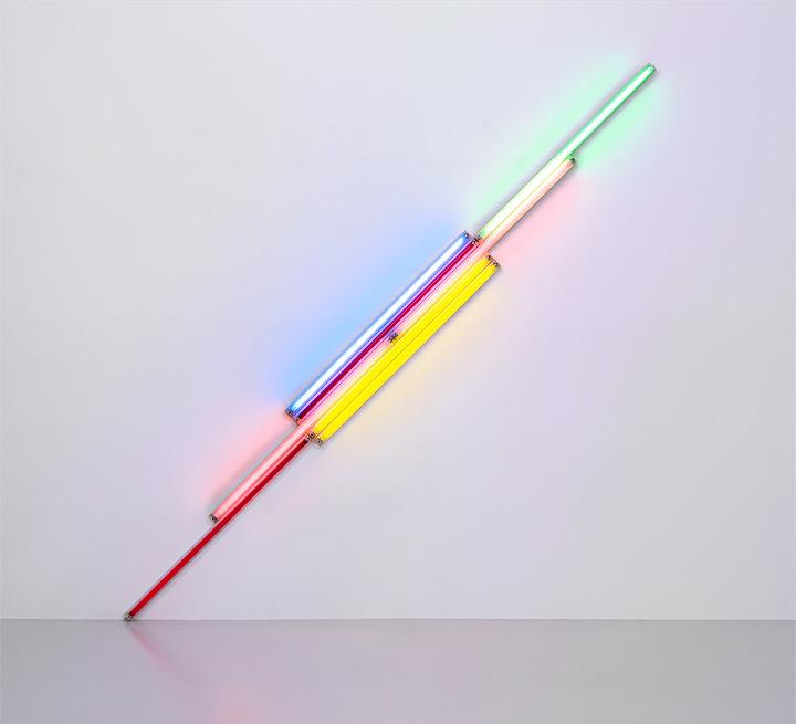 ダン・フレイヴィン『Untitled(TO ALEX AND NIKKI)』(『無題(アレックスとニッキーへ)』)1987年 8本の直管蛍光灯 / Set of 8 fluorescent tubes 長さ360cm / Diagonal length 360cm Courtesy Foundation Louis Vuitton ©ADAGP, Paris 2017