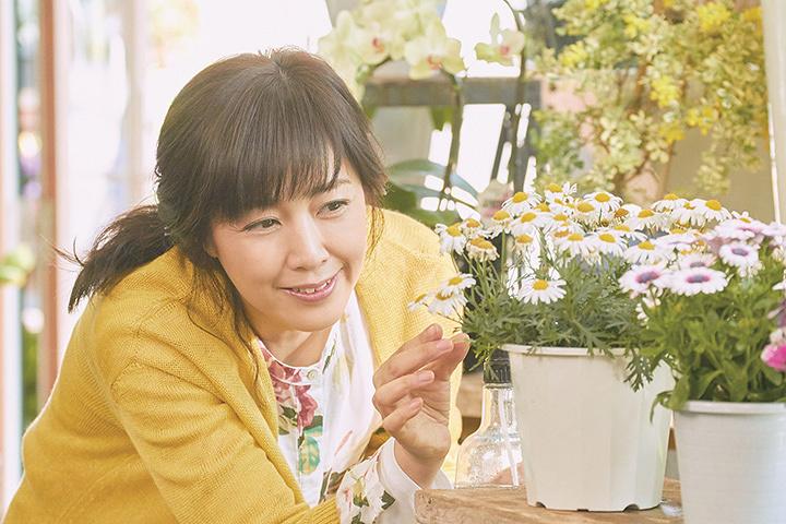 安達桜子役の菊池桃子 ©2017「ピーチガール」製作委員会