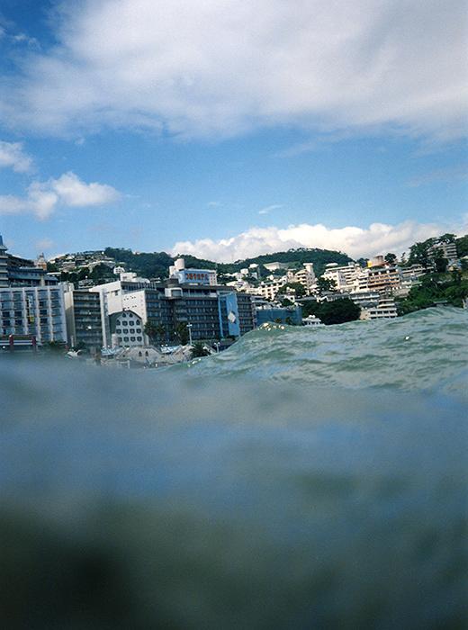 楢橋朝子『Atami, 2011』 シリーズ『half awake and half asleep in the water』より 2003年