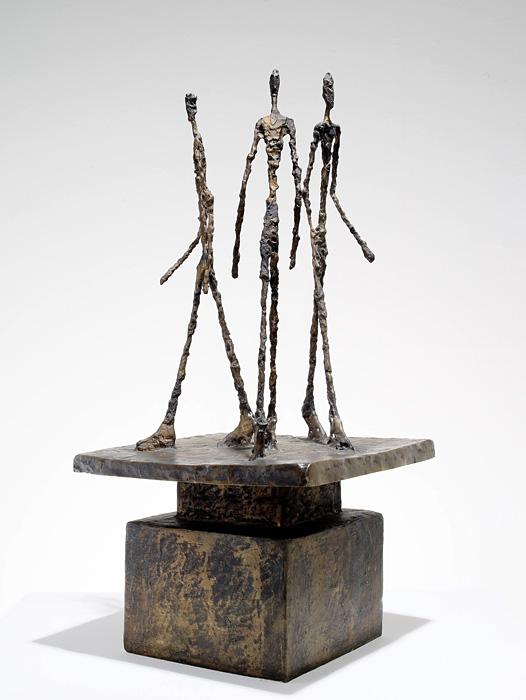 アルベルト・ジャコメッティ『3人の男のグループ(3人の歩く男たち)』 1948/49年 ブロンズ マルグリット&エメ・マーグ財団美術館、サン=ポール・ド・ヴァンス Archives Fondation Maeght, Saint-Paul de Vence (France)