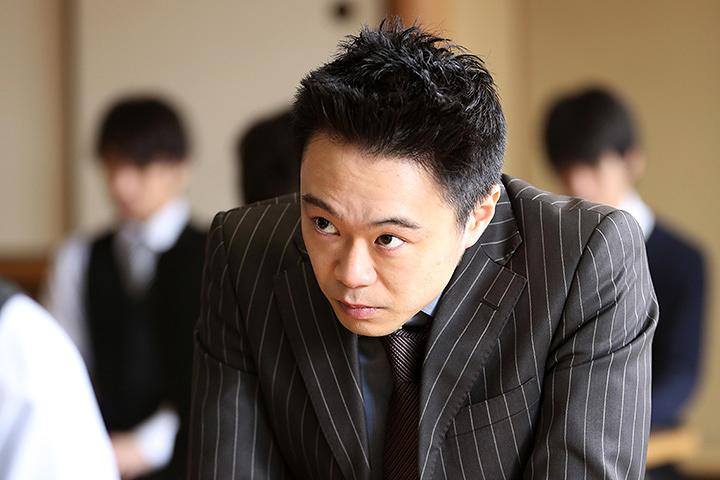 松本一砂役の尾上寛之 ©2017 映画「3月のライオン」製作委員会