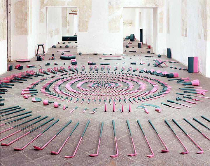アブラハム・クルズヴィエイガス『Horizontes (Part 1 of 3)』2005, Acrylic enamel glossy pink paint and chalk-board green paint on 266 found objects, Dimensions variable, Courtesy of the artist and and kurimanzutto, Mexico City