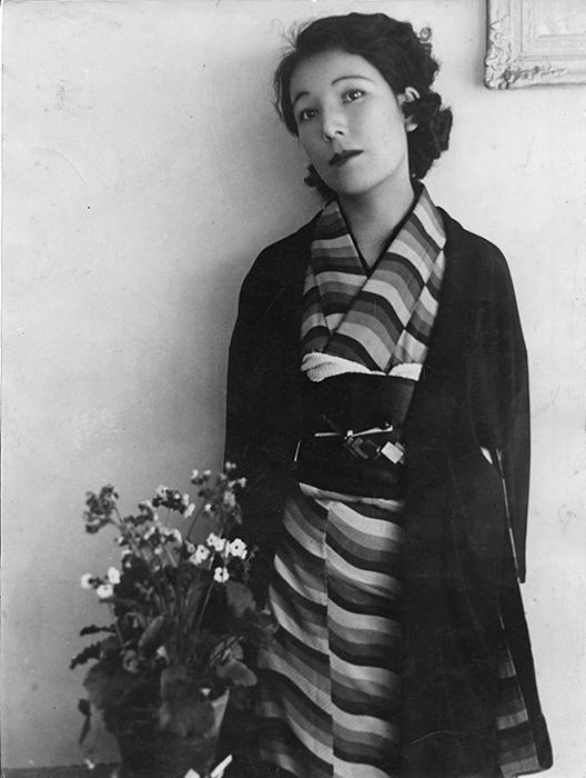 宇野千代 1932年頃、自らデザインした着物を着て 写真提供:藤江淳子
