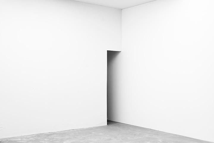 菅亮平『White Cube‐06』 2013年 インクジェットプリント 100×150cm