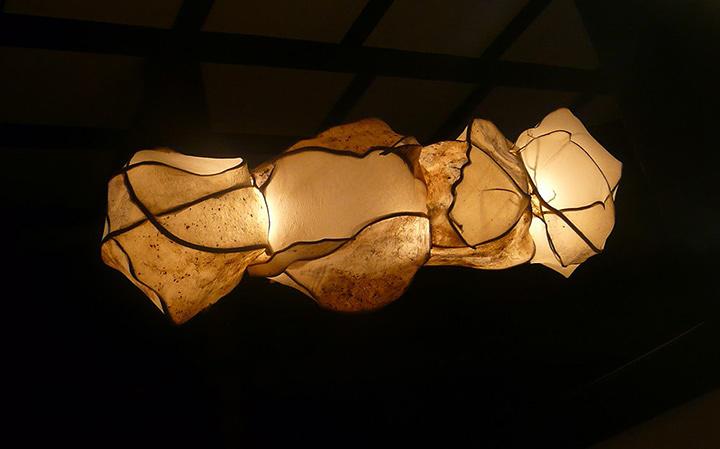 ロギール・アウテンボーガルト作品 2012年 70cm×70cm×300cm 楮・蔓・土