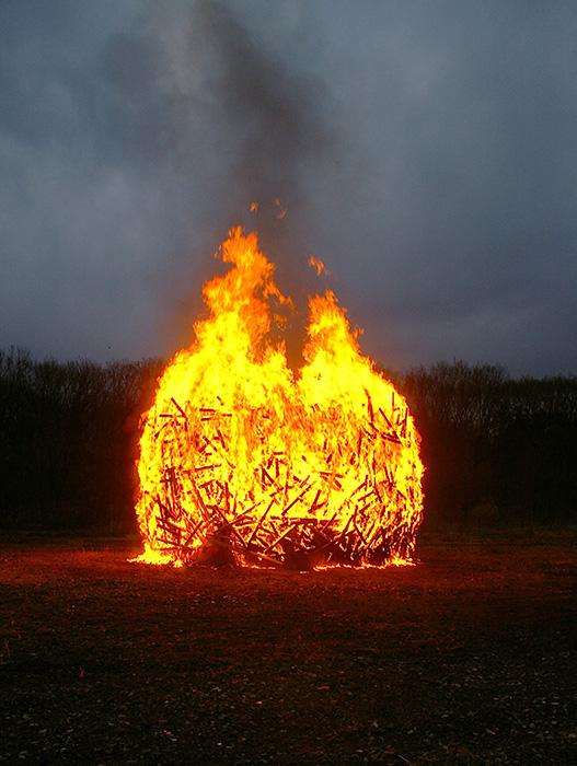 遠藤利克『空洞説(ドラム状の)-2013』の焼成風景 2013年 撮影:遠藤利克