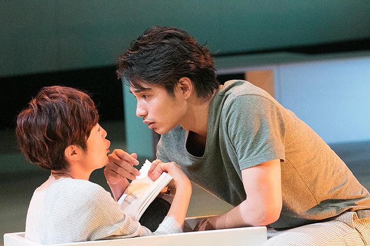 寺島しのぶと中村蒼 舞台『アザー・デザート・シティーズ』より 写真提供:梅田芸術劇場