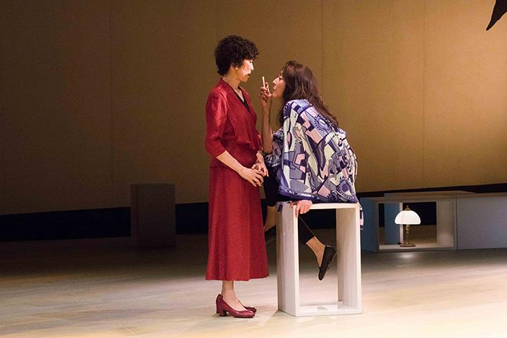 佐藤オリエと麻実れい 舞台『アザー・デザート・シティーズ』より 写真提供:梅田芸術劇場