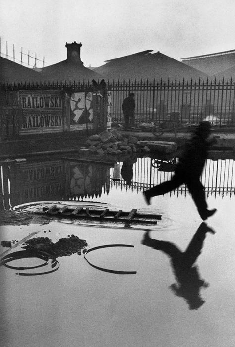 アンリ・カルティエ=ブレッソン『サンラザール駅裏』パリ フランス 1932年 ©Henri Cartier-Bresson / Magnum Photos