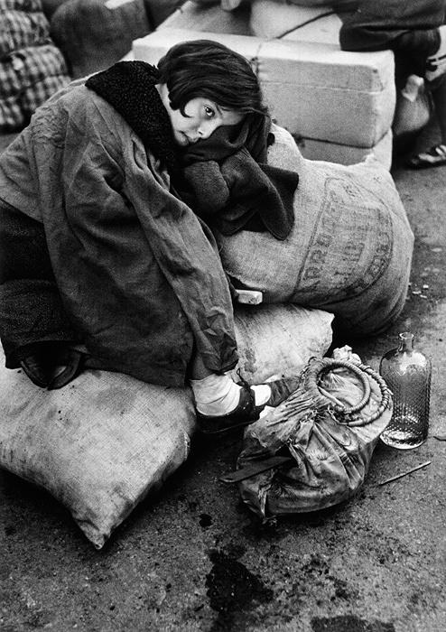 ロバート・キャパ『難民の少女』バルセロナ スペイン 1939年 ©Robert Capa / ICP / Magnum Photos