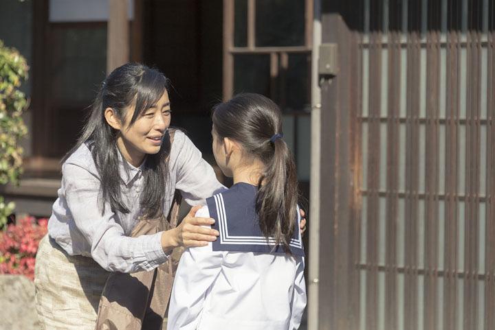 夢都子の母役の木村多江 ©2017 avex digital Inc.