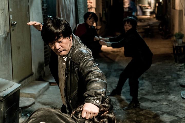 『ありふれた悪事』 ©2016 TRINITY ENTERTAINMENT CO., LTD. All Rights Reserved