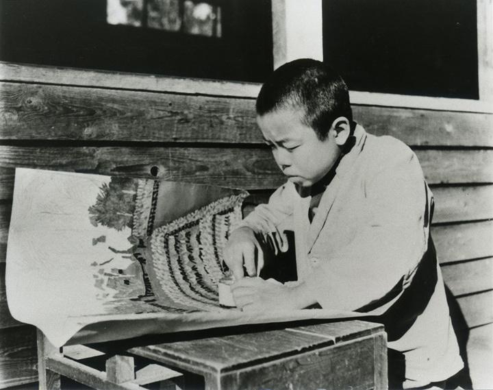 貼絵制作にはげむ山下清(12歳)1934年
