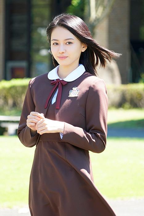 松井沙綾役の山本舞香 ©2017 「みせコド」製作委員会 ©2012 水波風南/小学館