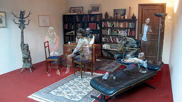 レアンドロ・エルリッヒ『精神分析医の診察室』2005年 ソファ、本棚、机、椅子、カーペット、ガラス、照明のある同じサイズの2部屋 サイズ可変 展示風景:プロア財団、ブエノスアイレス、2013年 撮影:Clara Cullen ※参考図版