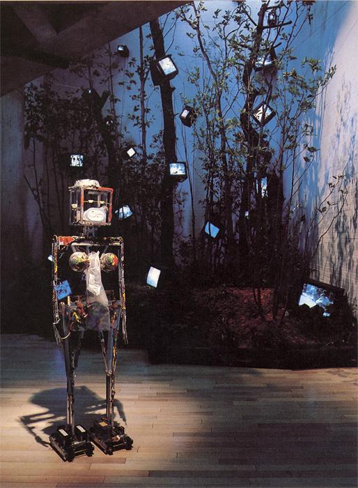 ナムジュン・パイク『K-567』1993年 ステンレス枠、アクリル絵具、アルミ皿、プラスチックケース、金 174×49×34㎝
