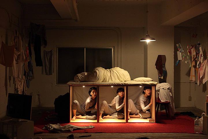 贅沢貧乏『みんなよるがこわい』公演風景 Photo: Hako Hosokawa