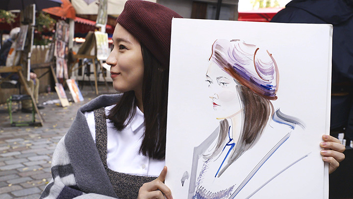 パリ・モンマルトルで似顔絵体験をする吉岡里帆 『ゴッホは日本の夢を見た』より