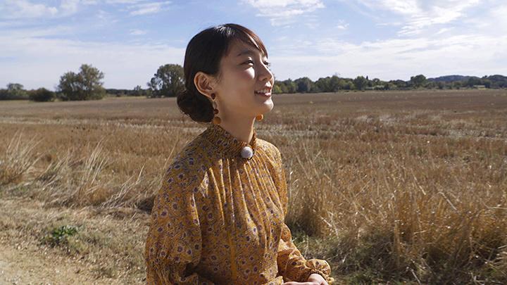 南フランスのゴッホが歩いたあぜ道を歩く吉岡里帆 『ゴッホは日本の夢を見た』より