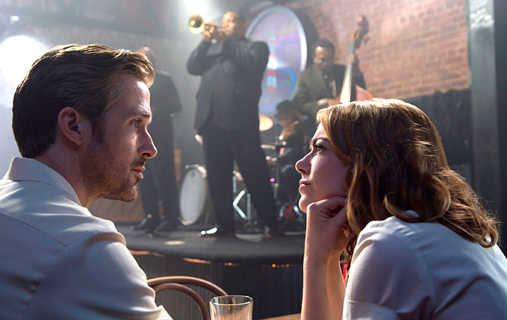 『ラ・ラ・ランド』 ©2017 Summit Entertainment, LLC. All Rights Reserved. Photo credit: EW0001: Sebastian (Ryan Gosling) and Mia (Emma Stone) in LA LA LAND. Photo courtesy of Lionsgate.