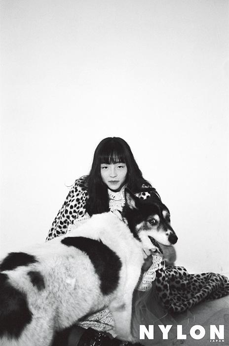 二階堂ふみが撮影したモトーラ世理奈 『NYLON JAPAN 12月号』より
