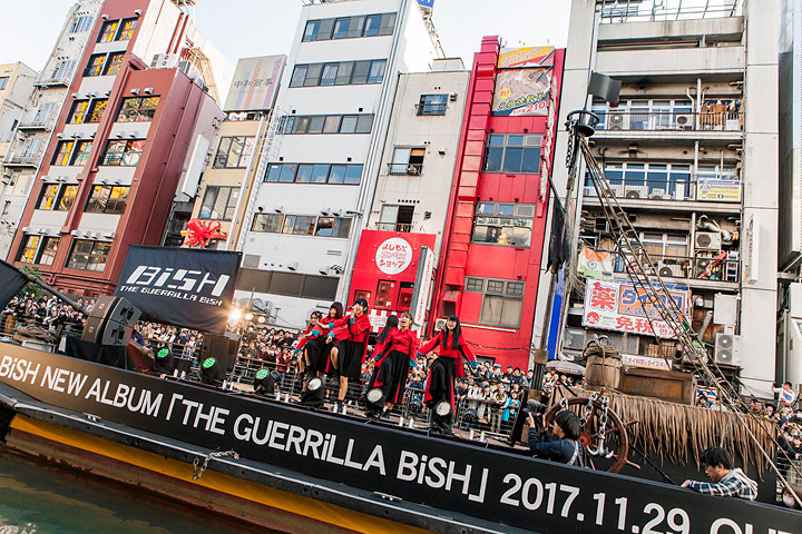 BiSH 2017年11月5日に大阪・道頓堀で行なわれたライブの模様