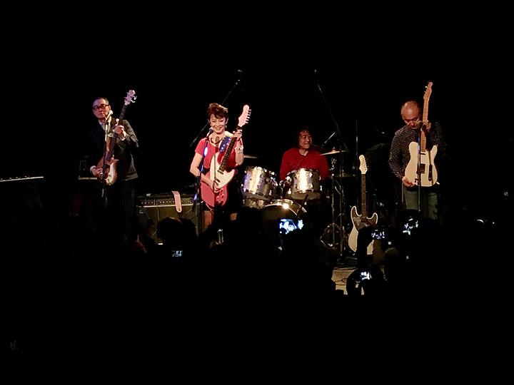 ジューシィ・フルーツ 東京・赤坂 GRAFFITIでのライブの模様