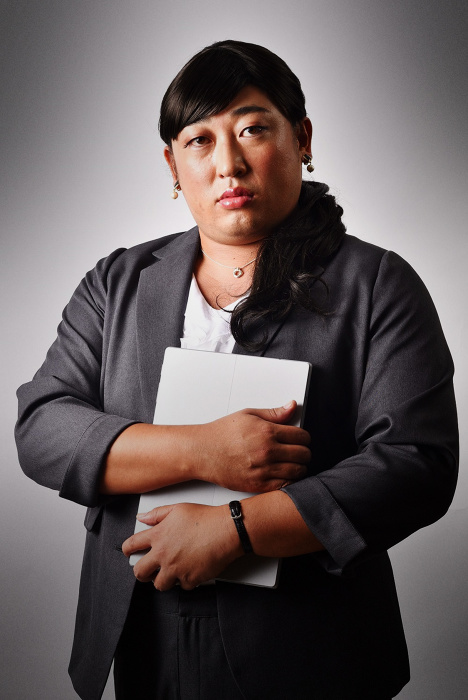 秋山竜次(ロバート)が演じる戻川茜 ©テレビ東京