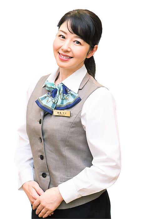 ホテル従業員に扮する堀内敬子