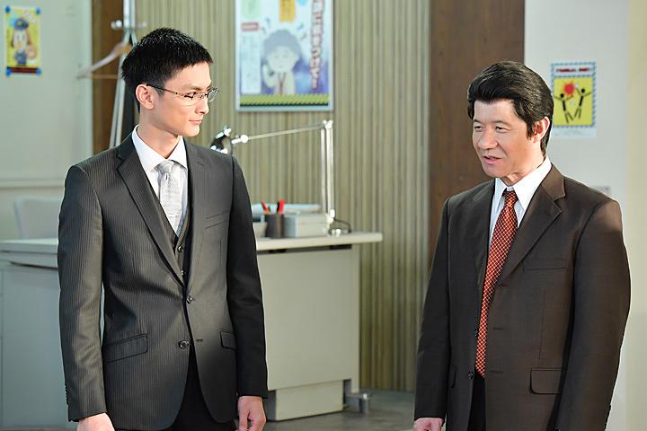 左から高良健吾、内村光良 『LIFE!~人生に捧げるコント~』より