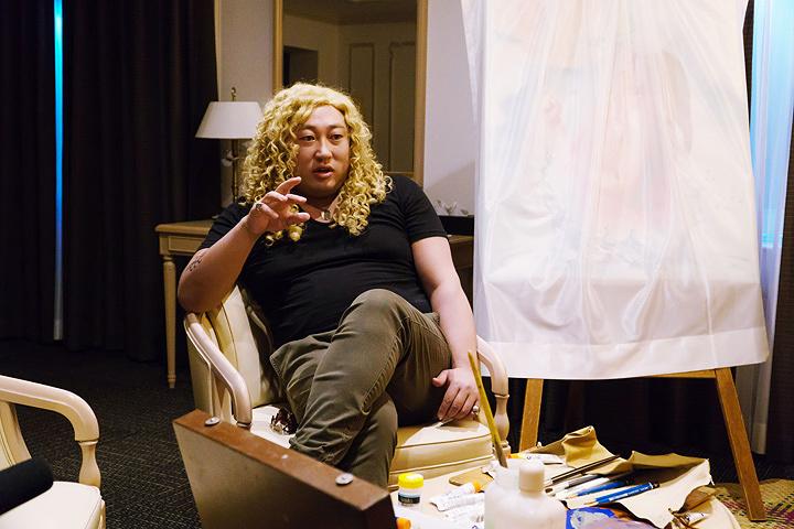 秋山竜次(ロバート)が演じるパトリック・ベイカー ©テレビ東京