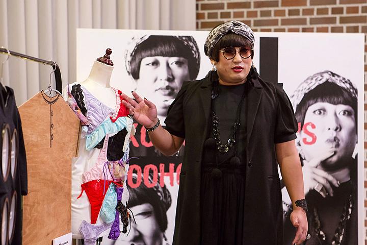 秋山竜次(ロバート)が演じるYOKO FUCHIGAMI ©テレビ東京