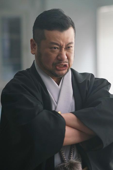 大嵐寿三郎役のケンドーコバヤシ ©「オー・マイ・ジャンプ!」製作委員会
