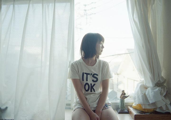 『寝起き女子 - girls in the morning -』より 撮影:花盛友里